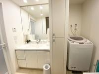 洗面室:三面鏡 リネン庫
